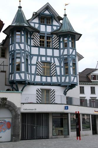 「出窓競争」がエスカレートするとこのように尖塔のような「変形出窓」になる... ザンクト・ガレン